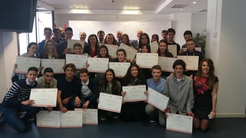 Chicas y chicos reciben el diploma que acredita su gran labor e implicación en el proyecto