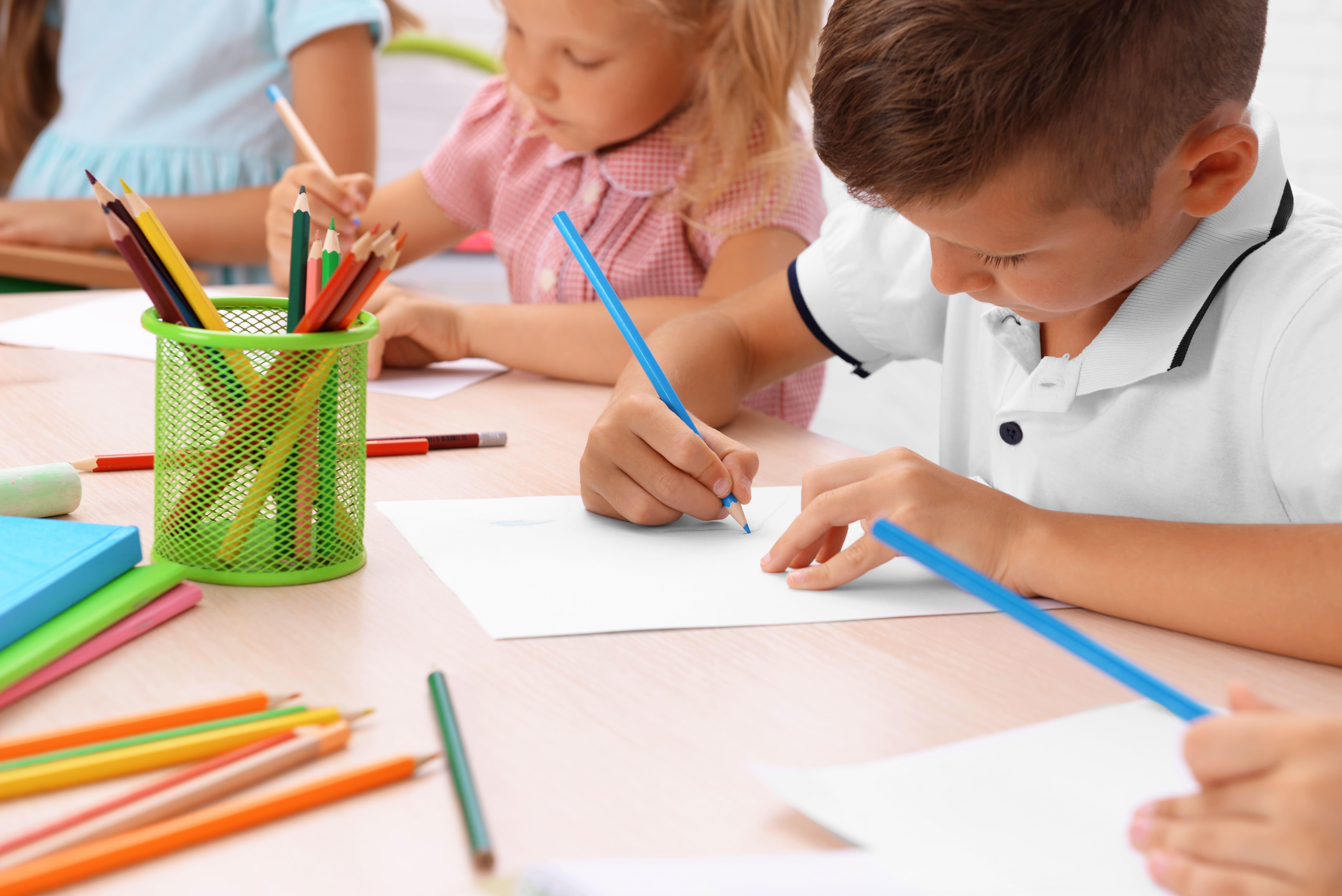 niños-pintando-en-clase-colegio